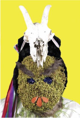 mascara musgo amarillo